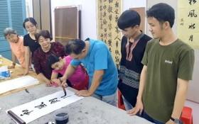 林漢城老師給學生上課一瞥。
