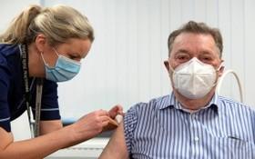 護士為一名82歲的老人注射新冠疫苗。(圖源:互聯網)