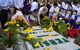 眾多愛慕者前至芽莊市甘林縣沙溪鄉耶爾森陵墓虔誠上香並敬獻鮮花。(圖源:明戰)