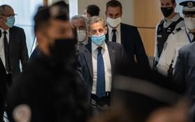 3月1日,法國前總統薩科齊(中)抵達巴黎一家法院。(圖源:新華社)