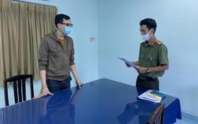 楊晉厚(左)在聽取執法警員宣讀起訴令。(圖源:黃松)