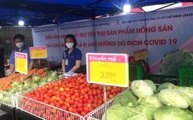 """本市積極響應""""為疫區農產品解困行動"""",多處設有蔬果臨時銷售攤點。(圖源:N.K)"""