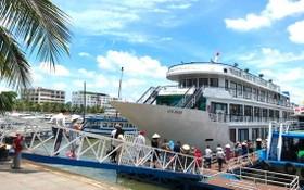 許多遊客在遊覽觀光下龍灣旅程中,喜歡選擇乘坐遊艇漫遊海灣過夜的旅遊服務項目。(圖源:光壽)