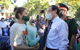 黨中央政治局委員、市委書記阮文年送花激勵入伍女青年。(圖源:黃潮)