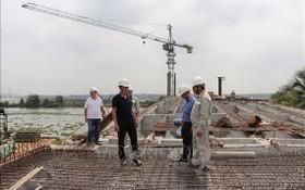 投資主對安和橋架建項目工程的施工進度進行實地檢查。(圖源:越通社)