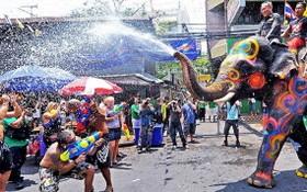 泰國潑水節。(圖源:livinglocal)
