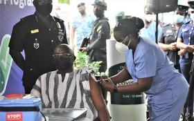 3月1日,加納副總統巴武米亞在首都阿克拉接種新冠疫苗。(圖源:新華社)