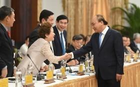 政府總理阮春福與企業代表交談。(圖源:光孝)