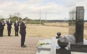 菅義偉到當年遭受海嘯沖擊的浪江町,向紀念碑獻花及默哀。(圖源:NHK)
