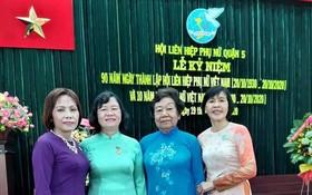 曾鳳映(左一)與各華人婦女合照。