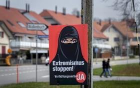 瑞士公投決定公眾場合是否禁穿罩袍遮住全臉。各城市可以看到上頭寫著「禁止激進伊斯蘭!」和「禁止極端主義!」的贊成陣營海報。(圖源:AFP)