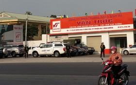 """機動警察在""""雲竹""""加油站外圍守護。(圖源:伯山)"""