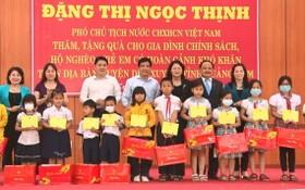 國家副主席鄧氏玉盛(後排右三)向廣南省維川縣好學貧困學生贈送禮物。(圖源:國越)