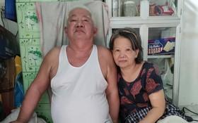 黃澤雄夫婦在小房子內。