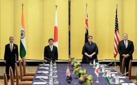 圖為2020年10月6日印度外長蘇傑生、日本外相茂木敏充、澳洲外長佩恩及美國時任國務卿蓬佩奧在東京舉行「四國同盟」部長級會議前合照。(圖源:路透社)