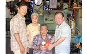 理事長羅志榮(右一)與常務副理事長羅彪漢(左一)、副理事長羅春香(左二)向93歲最高顧問羅耀庭祝壽。