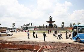 顧客參觀都市區規劃土地項目。