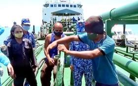 職能力量查獲 BT99889TS號漁船運送約18萬公升來源不詳的柴油。(圖源:海警提供)