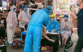 海防市疫情監控工作人員10日晚,從速開展對近期曾與該兩名患者接觸過及其居家附近人士進行採樣檢測工作。(圖源:進勝)