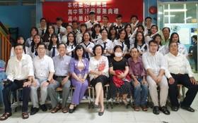 禮文華文中心校委、老師與畢業生合照。