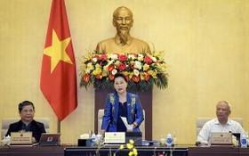 國會主席阮氏金銀(中)主持會議。(圖源:鄭勇)