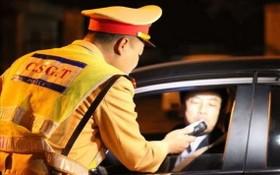 交警在給一名司機進行呼氣式酒精測試。(圖源:垂楊)