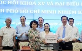 市選舉委員會向市越南祖國陣線委員會移交候選人卷宗。(圖源:黃宇)