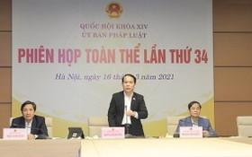 國會法律委員會主任黃清松(中)主持會議並發言。(圖源:英芳)