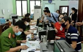 市公安社會秩序行政管理警察科日前給民眾簽發芯片公民身份證。