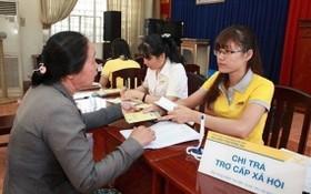 一位大娘在辦理領取社會福利津貼。(圖源:楊興)