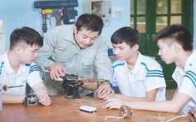 高勝技術高等學校老師專心教導學生。