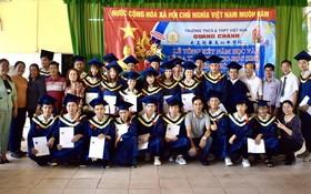 隆慶光正學校高中畢業生與師長、董事們留影。