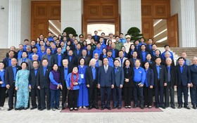 政府總理阮春福與歷屆共青團幹部會晤