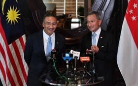 新加坡外交部長維文(右)與希山慕丁會晤,就馬新兩國的相互承認疫苗接種證書等課題進行交流。(圖源:互聯網)