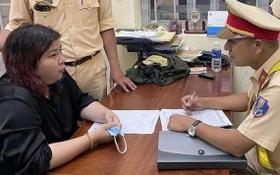阮黎黃芳(左)在公安派出所向調查員供述其犯罪過程。(圖源:T.A)