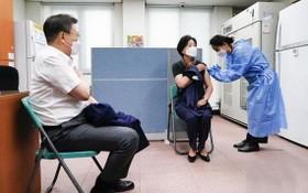 韓國總統文在寅(左)及夫人金正淑(中)在首爾接種疫苗。(圖源:青瓦台)
