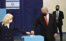 以色列總理內塔尼亞胡和他的妻子在投票。(圖源:DPA)