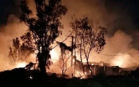 烈火籠罩木廠。(圖源:明和)