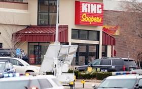 3月22日在科羅拉多州博爾德市拍攝的發生槍擊事件的超市。(圖源:Getty Images)