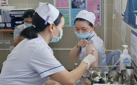 第十一郡醫院給醫護人員接種新冠疫苗。