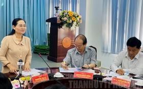 市人民議會主席阮氏麗(左)在會上發言。(圖源:市黨部新聞網)