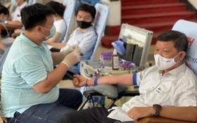 市勞動聯團常務副主席陳團忠(右一)參加人道捐血活動。(圖源:H. Đào)