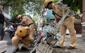 舊邑郡公安所屬交通與秩序警察隊正在檢查、處理殘舊摩托車。