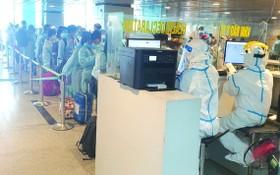 昨天從台北回國的越南公民在機場辦理手續。