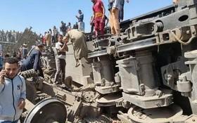 3月26日,人們聚集在埃及索哈傑省火車相撞事故現場。(圖源:新華社)
