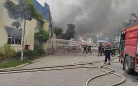 消防車隊相繼趕抵現場開展滅火行動。(圖源:陳黎)