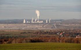 大型露天煤礦對環境造成極大影響。(圖源:AP)
