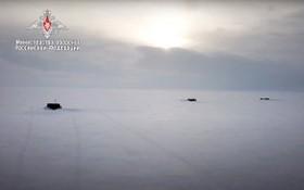 當地時間3月26日,俄羅斯國防部發布的照片顯示了俄羅斯核潛艇在北極突破冰層。(圖源:互聯網)