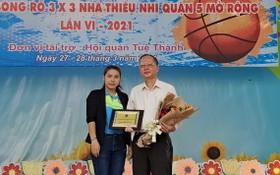 文化宮代表向穗城會館理事長盧耀南(右)贈送鮮花以示感謝該會館連續6年贊助比賽經費。