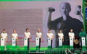 各部委與本市領導啟動全民傚法胡伯伯鍛鍊身體運動儀式。(圖源:市黨部新聞網)